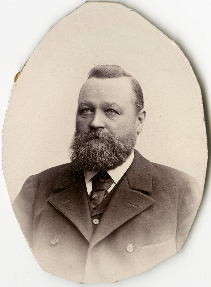 Porträtt av C.R. Ahlstedt vid Stockholms Tyg-, ammunitions- och gevärsförråd.