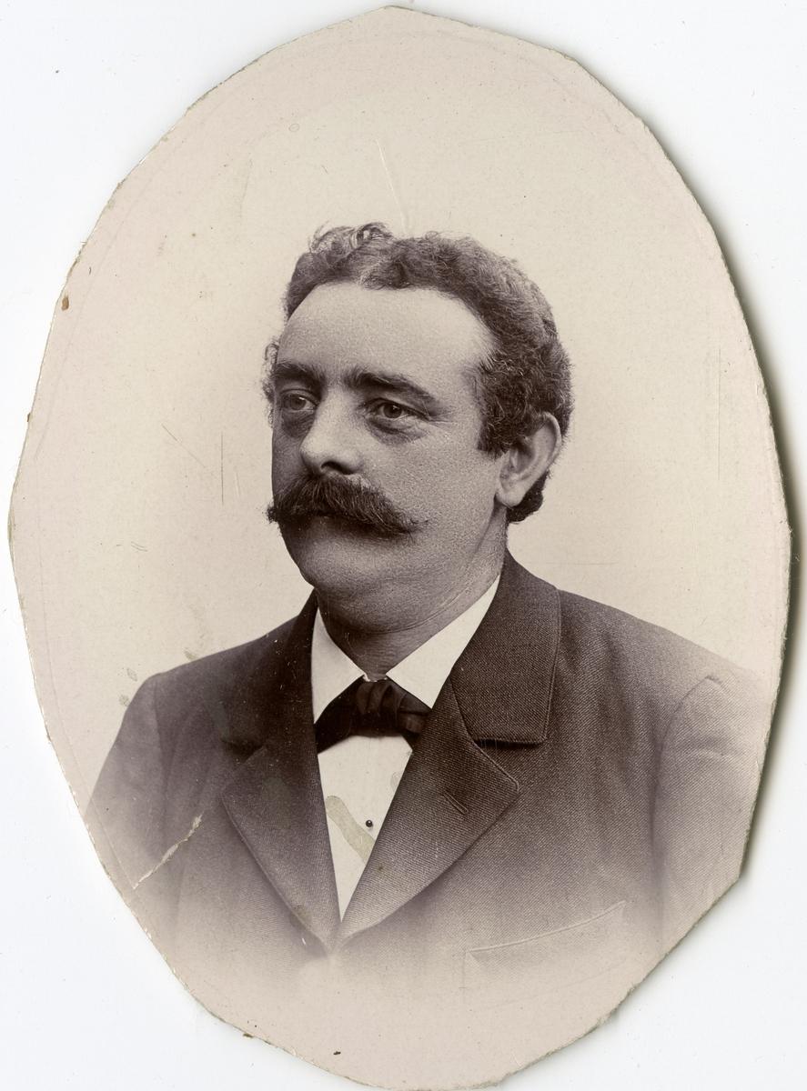 Porträtt av A. Ljunggren vid Stockholms Tyg-, ammunitions- och gevärsförråd.