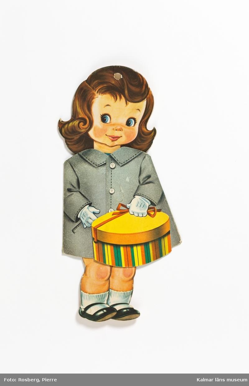 KLM 45519:3 Klippdocka, av papper. Brunhårig flicka i grå kappa med en gul hattask i handen, Vita handskar. Kappan kan vikas upp. Under finns en dräkt med blå plisserad kjol och en rutig kofta i blått och vitt. Även denna kan vikas åt sidan. På dräktens baksida står texten, God dag! Jag heter Ingrid och har precis börjat skolan. Jag har inte lärt mig så värst mycket ännu, men fröken säger, att vi snart skall kunna läsa stora bokstäver. När jag började skolan fick jag en ny kappa av pappa och mamma. På dockkroppen är en skotskrutig kappa i rött klistrad. Ytterkanten är inte klistrad och går att vika lite åt sidan så att man kan se dockans underkläder. På baksidan texten, Printed in Sweden Helsingborgs LITOgrafiska AB Helsingborg Sweden 1286.