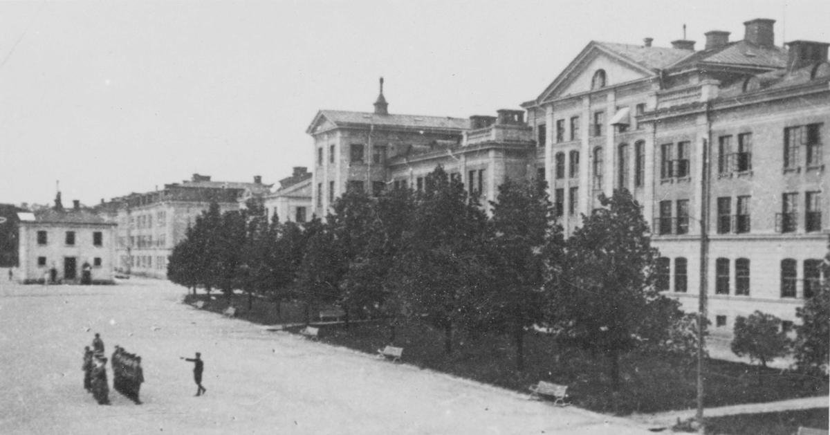 Huvudbyggnaden vid Upplands artilleriregemente A 5 i Uppsala, sedd från kaserngården.