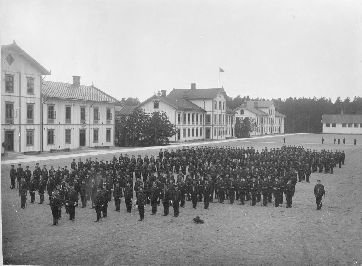Trupp i givakt på exercisgården vid logementet, Karlsborgs fästning.
