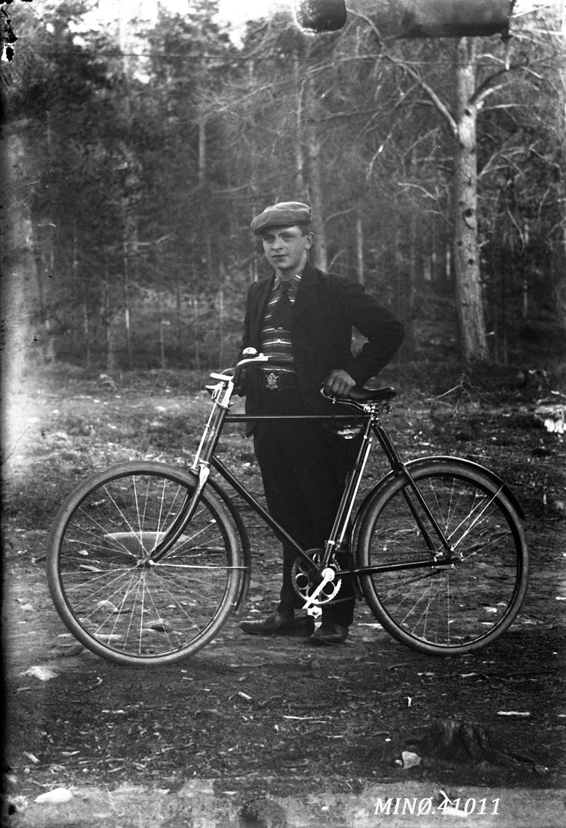 Ung mann med sykkel - John Johansen