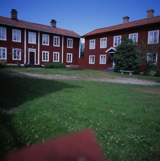 Världsarvsgården Gästgivars gårdstun 1997. I herrstugan till höger finns Jonas Wallströms schablonmåleri vilket fungerat som förlaga till Gästgivartapeten som började tryckas på 1960-talet.