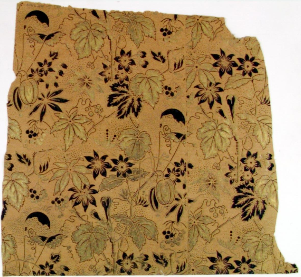 Fantasifullt ytfyllande blom-/bladmönster dekorerat med varierande prickar i guld och svart på ofärgat(?) papper.