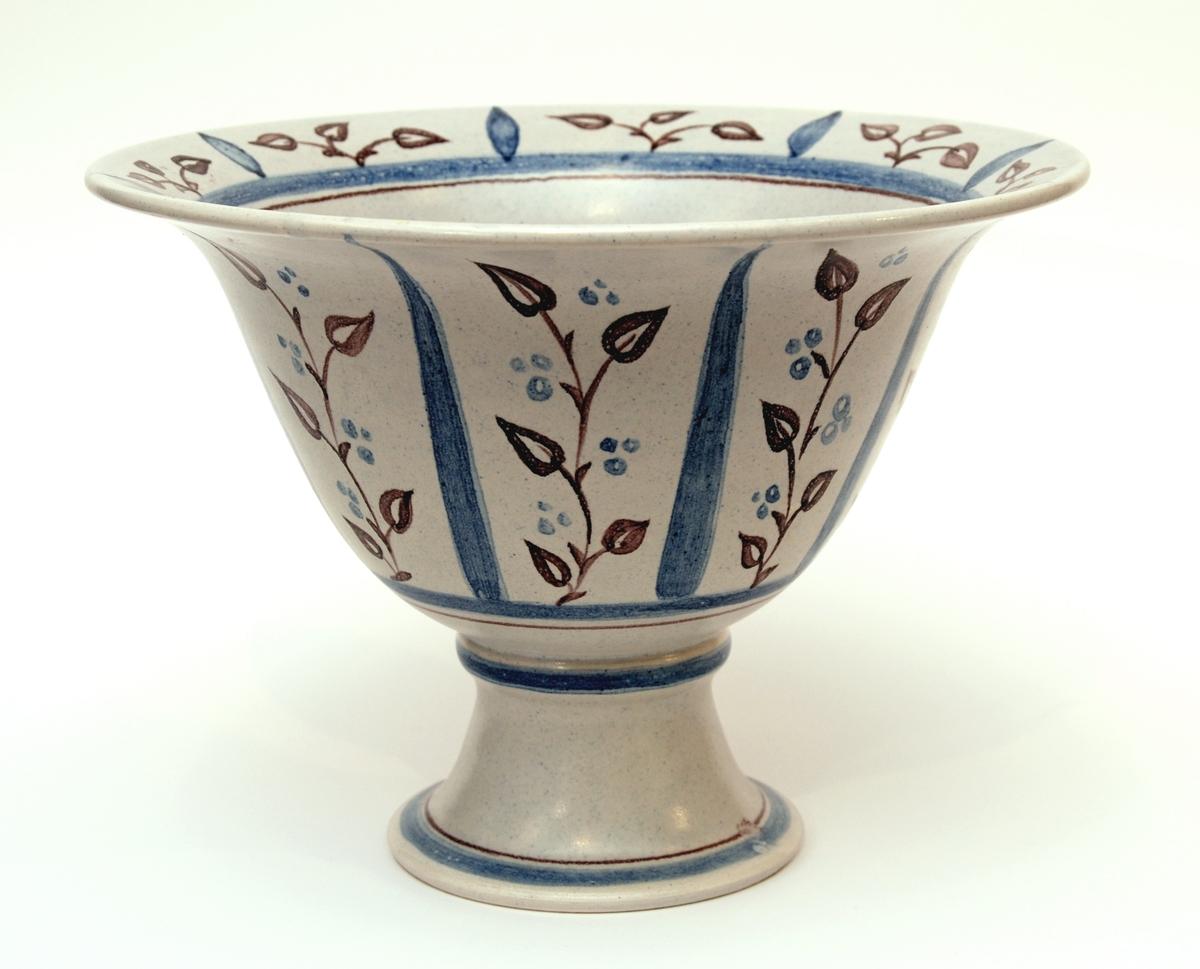 Skål på fot, Bo Fajans, design Eva Jancke-Björk. Dekor i blått och mangan på grå botten. Diam 24 cm, höjd 17,5 cm.