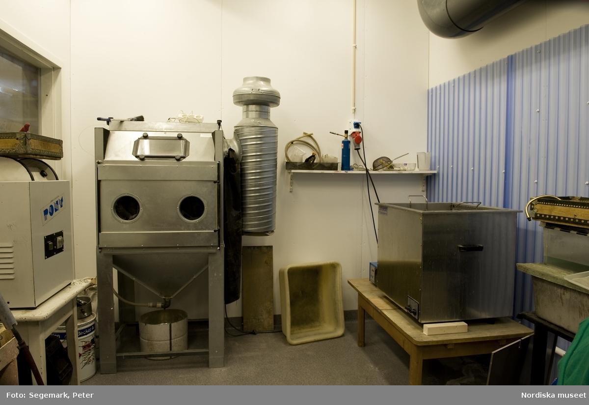 K.A. Jonsson Efterträdare, tillverkar och renoverar kristallkronor. Verkstaden i Länna, Stockholm. Interiör, maskiner.