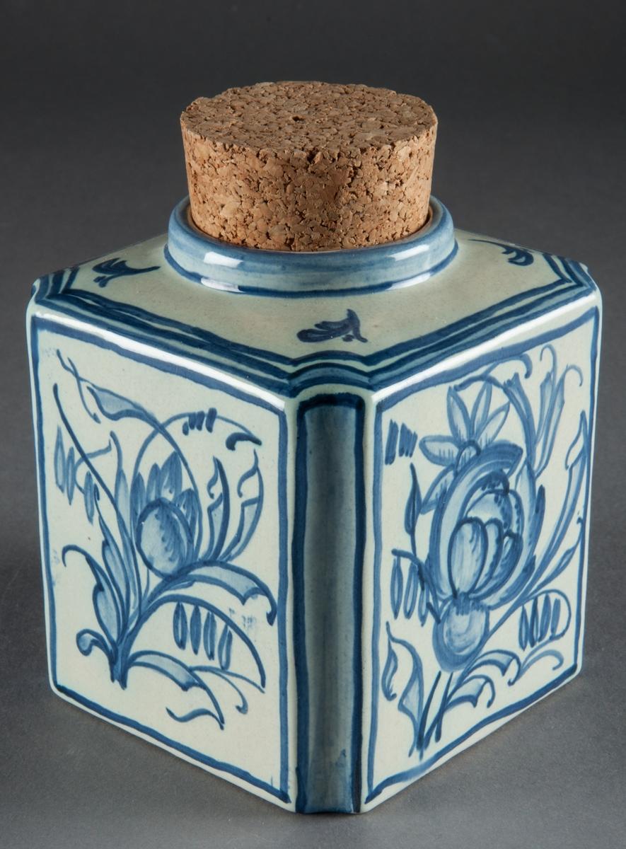 Teburk, Bo Fajans, formgivare Gabriel Burmeister. Fyrkantig med korklock. Vitglaserad med blå dekor.