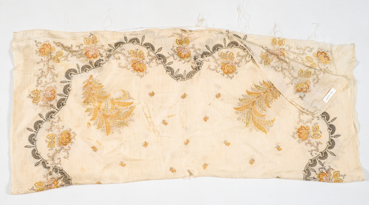 Tørkle i beige silke, med trykt mønster i svart, gult, brunraudt, grønt og beige. Falda for hand med smal fald, (1,5 mm brei) i to sider, jarekant i dei to andre.