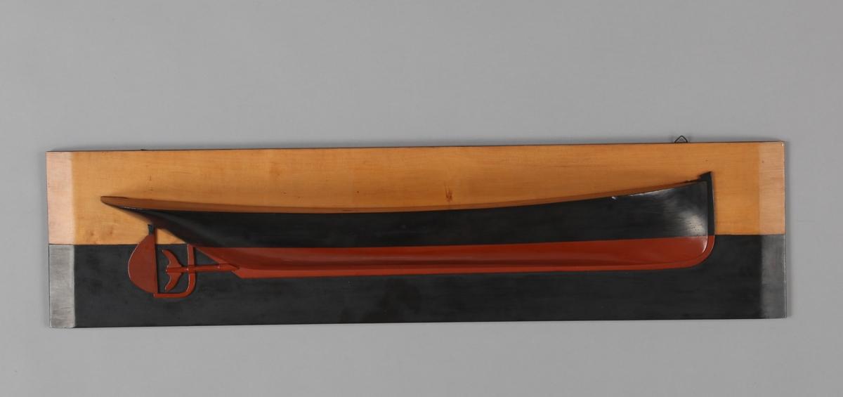 Halvmodell av DS FREY montert på treplate.