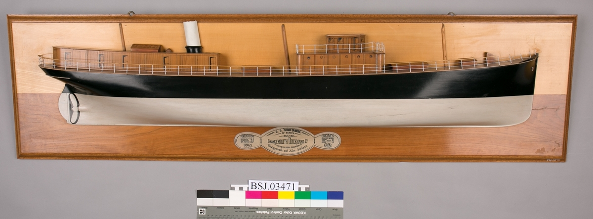 Halvmodell  av DS SIMON DUMOIS montert på treplate.