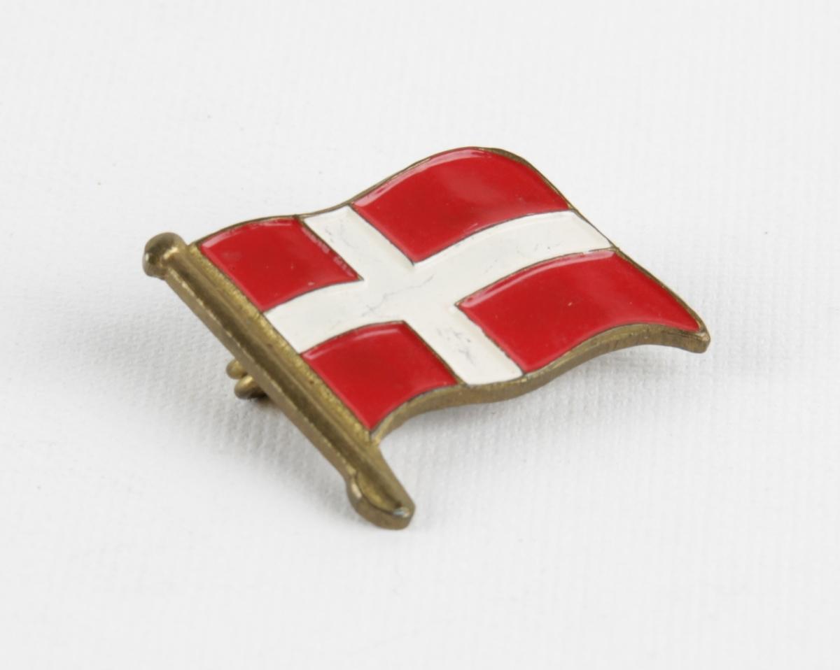 Jakkenål dekorert med Dannebrogen/dansk flagg.