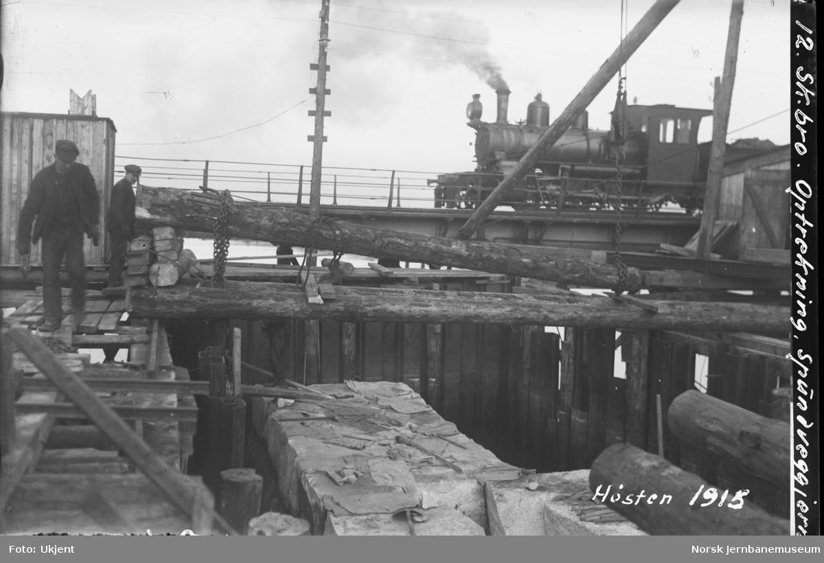 Skansen bru : bygging av landkar : passerende damplokomotiv type XXIII