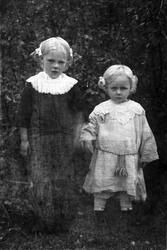 To små jenter, fotografert utendørs.