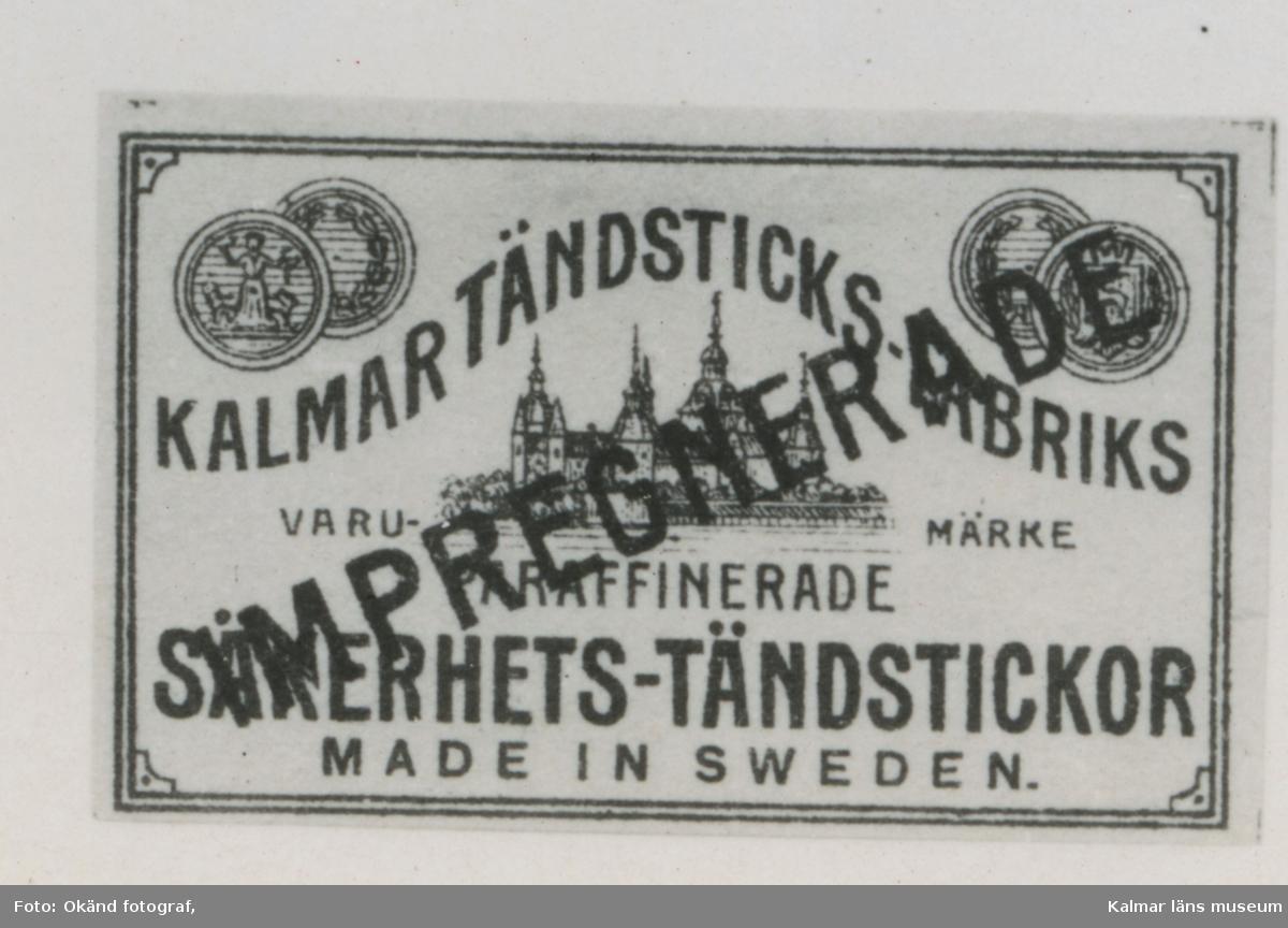 """Tändsticksetikett från Kalmar Tändsticksfabrik  Kalmar har haft en omfattande tändstickstillverkning med flera fabriker, en av dem och den största var Kalmar tändsticksfabrik. Kalmar tändsticksfabrik byggdes 1906-1907 av Torsten Kreuger (bror till Ivar) för fadern Ernst och farbrodern Fredriks firma E & F Kreuger som redan ägde Mönsterås tändsticksfabrik. Ett faktum är att Torsten Kreuger vid denna tidpunkt lyckades bygga en fabrik vars ventilationssystem och planlösning kunde konkurrera med våra modernaste fabriker. Fabriken som kallades """"Spetan"""" var belägen vid Torsåsgatan och närmaste granne med Kalmar Verkstads A.B.  Ombildning  För att sänka kostnaderna sammanslogs 1912 fabrikerna i Mönsterås och Kalmar till AB Kalmar och Mönsterås Tändsticksfabriker med säte i Kalmar. Detta bolag ingick sedan 1913 i AB Förenade Tändsticksfabriker  med sammanlagt 12 fabriker och verkställande direktör blev Ivar Kreuger. 1917 var det dags igen med ny fusion då Svenska Tändsticksaktiebolaget (STAB) bildades.  Export  Den nya Kalmarfabriken producerade både säkerhets- och paraffinstickor och var helt inriktat på export. Åtskilliga länder har försetts med tändstickor från Kalmar tändsticksfabrik. Under flera år exporterade man till Grekland och Venezuela och det senaste exportlandet var Holland. Man arbetar åt ett land i taget och varje land har sina egna önskemål som måste beaktas. För exporten till arabländerna kunde man inte använda etiketten med tre stjärnor som den var med sex uddar utan fick ändra till sju.  Chefer  Torsten Kreuger var den första driftchefen därefter kom Stellan Carlberg och efter honom disponent Modig. Disponent Erik Norén efterträdde honom år 1935. Disponent Folke Strümpel var företagets sista chef.  Antal anställda  1910 var antalet anställda 200, 1920 var arbetsstyrkan uppe i 374 anställda. Vid nedläggningen 1967 var antalet ca 100 personer. Den lediga fabriken övertogs omgående av Kalmar Verkstads Aktiebolag (KVA) som omvandlade den till produktionsställ"""