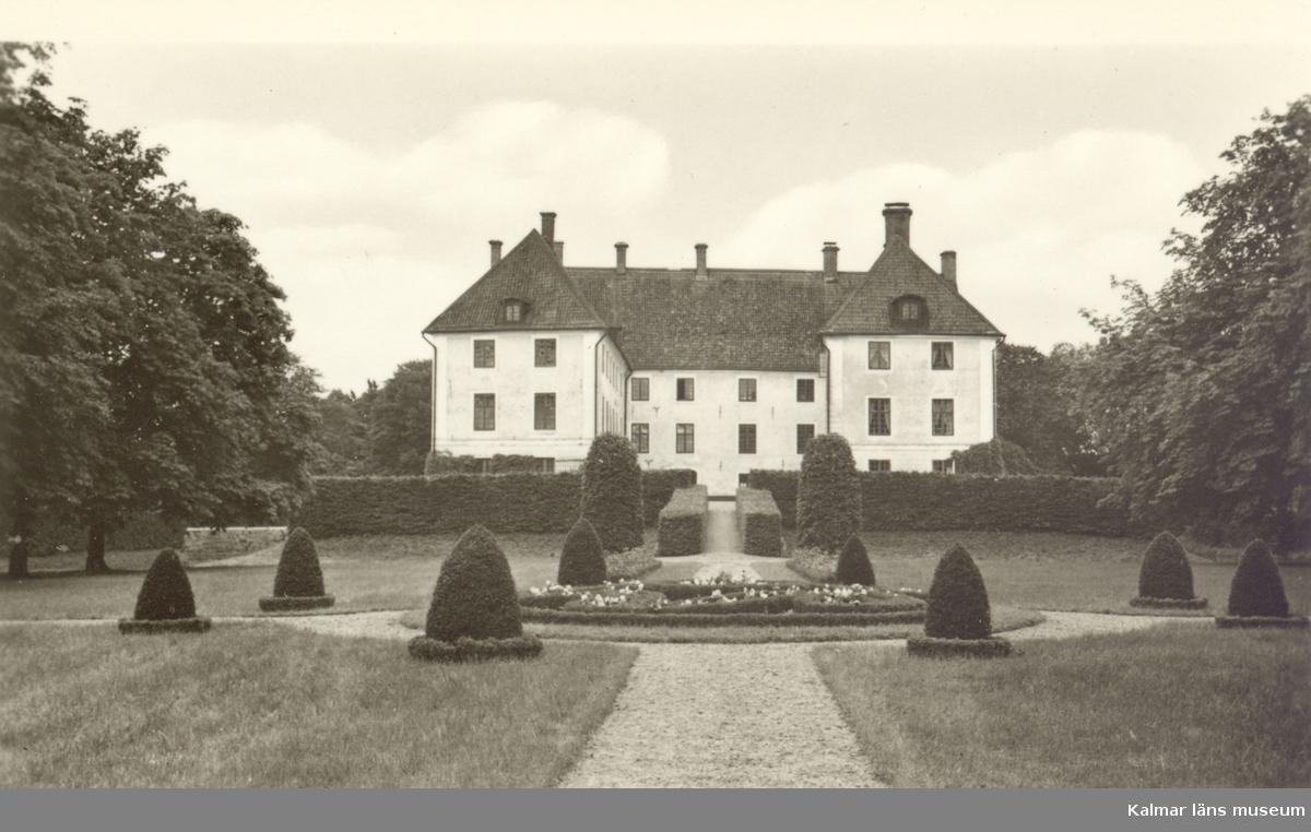 KRAGEHOLM: Slottet uppfördes pä 1500-talet men blev delvis nedbränt under Karl XI:s danska krig. Det restaurerades av Nie. Tessin d. y. på l700-talet. Godset tillhörde på 1300-taiet ätten Due, övergick till släkterna Thott och Brahe på 14OO-talet och har sedan tillhört släkterna Krabbe. Piper och von Essen. Ägare: Ryttmästaren greve Claes Piper.