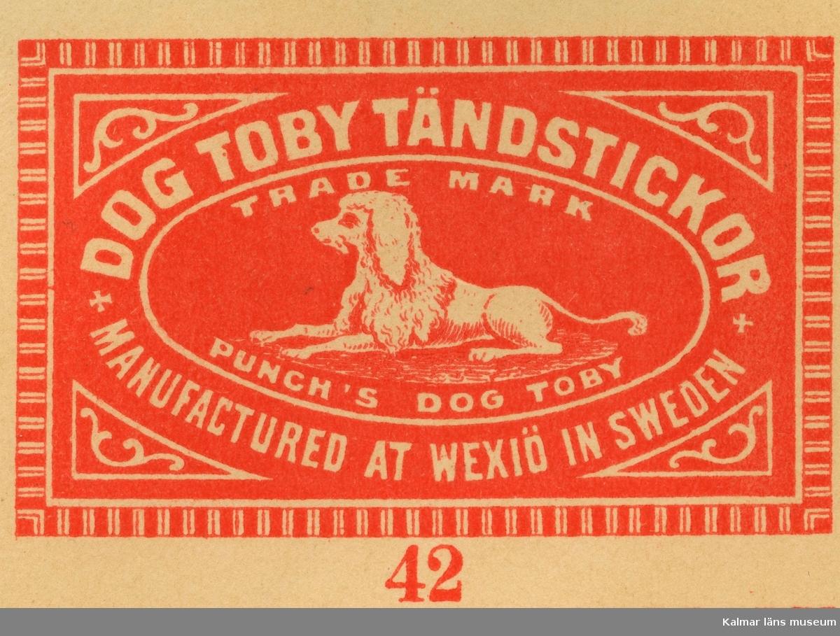 """Tändsticksetikett  från Växjö tändsticksfabrik med hundmotiv, """"Punch´s dog Toby.""""   Wäxiö tändsticksfabrik anlades 1868. Initiativtagare var handlanden Carl Schander som inspirerats av bröderna Lundström i Jönköping och tillsammans med bokhandlaren CG Södergren startade de Wäxiö tändsticksfabrik. Fabriken var belägen i området något väster om stadskärnan. Fabriken bestod av huvudbyggnad uppförd i parmsten jämte några flygelbyggnader och lagerhus i trä. Några år efter starten fanns ett åttiotal anställda varav hälften kvinnor. År 1875 hade man uppnått  nära 150 anställda och årsproduktionen uppgick till ett värde av cirka 200.000 kronor.     Flera ägare, uppgång och nergång  Södergren lämnade fabriken efter några år och Schander stod kvar som ensamägare till 1887 då han sålde till Swedish Match Company i London. Som disponent ledde Schander tändsticksfabriken till 1891 då Knut Johansson tillträdde. 1913 tog Förenade Tändsticksfabriker  med Ivar Kreuger över fabriken och verksamheten expanderade kraftigt. Fabriken byggdes till och försågs med maskinell utrustning samtidigt som produktionen ökade och antalet anställda var 1920 uppe i 400 och med ett tillverkningsvärde av 3.603.000 kronor.  Huvudsakligen exporterades tändstickorna till Amerika och Indien men sen gick det raskt utför. 1921 med depression och osäkerhet i världen fanns det bara plats för 290 anställda och inte fulla veckor. Timlönen hade efter hand sjunkit från 1:30 till 73 öre med 10% tillägg för de som arbetar tre dagar i veckan eller mindre.  En arbetares årsinkomst beräknas då ligga mellan 1060 - 1213 kronor. Fackföreningen begärde också hos stadsfullmäktige att arbetarna skulle befrias från skatt. Sedan 1917 ägs nu fabriken av Svenska Tändsticksaktiebolaget, det största företaget i världen inom sitt område.     Fabriken utplånad av brand  Den 30 maj 1922 inträffade en brand som fullständigt lade fabriken i ruiner och som också hotade den övriga bebyggelsen runt omkring. En nattvakt upptäckte branden v"""