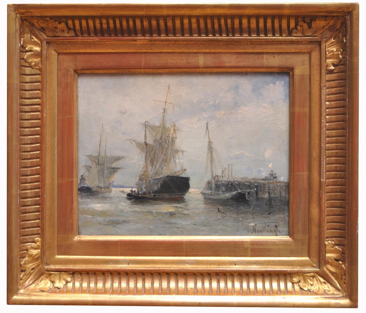 """Oljemålning """"Marin"""" av Adolf Nordling föreställande flera skepp /  segelfartyg vid hamn. Förgylld ram."""