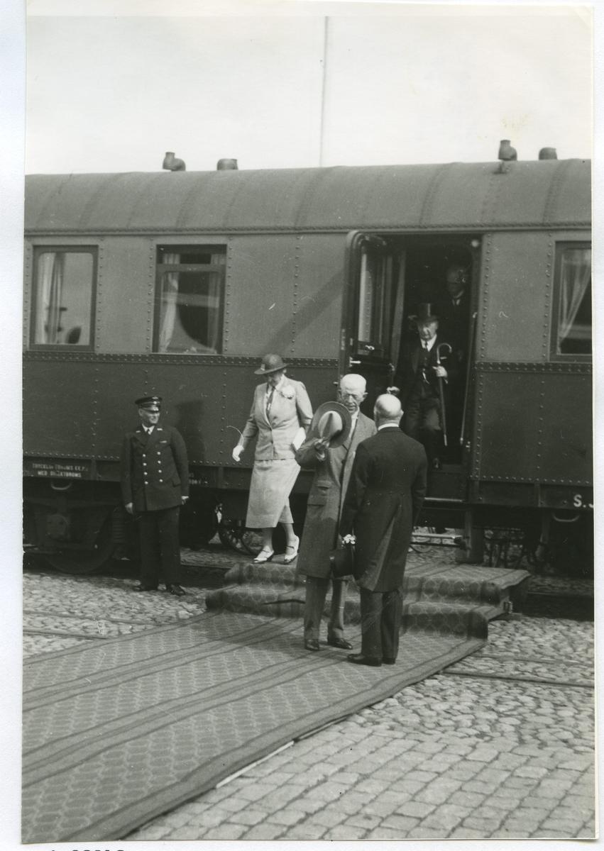 Konung Gustav V i samspråk med Ryttmästare Birger Jeansson. På fotots baksida: På väg av tåget är Landshövding John Falk. Konduktören till vänster heter Israelsson. Kortet är taget när Kungen var på väg till Öland. Kungavagnen kördes då alltid ända ner till Ölandshamnen.