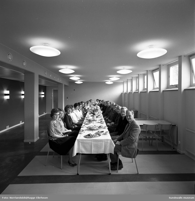 Norrlands Gas, Noga (AGA). Personalen vid ett långbord i lunchrummet i de nya lokalerna vid Landsvägsallén.