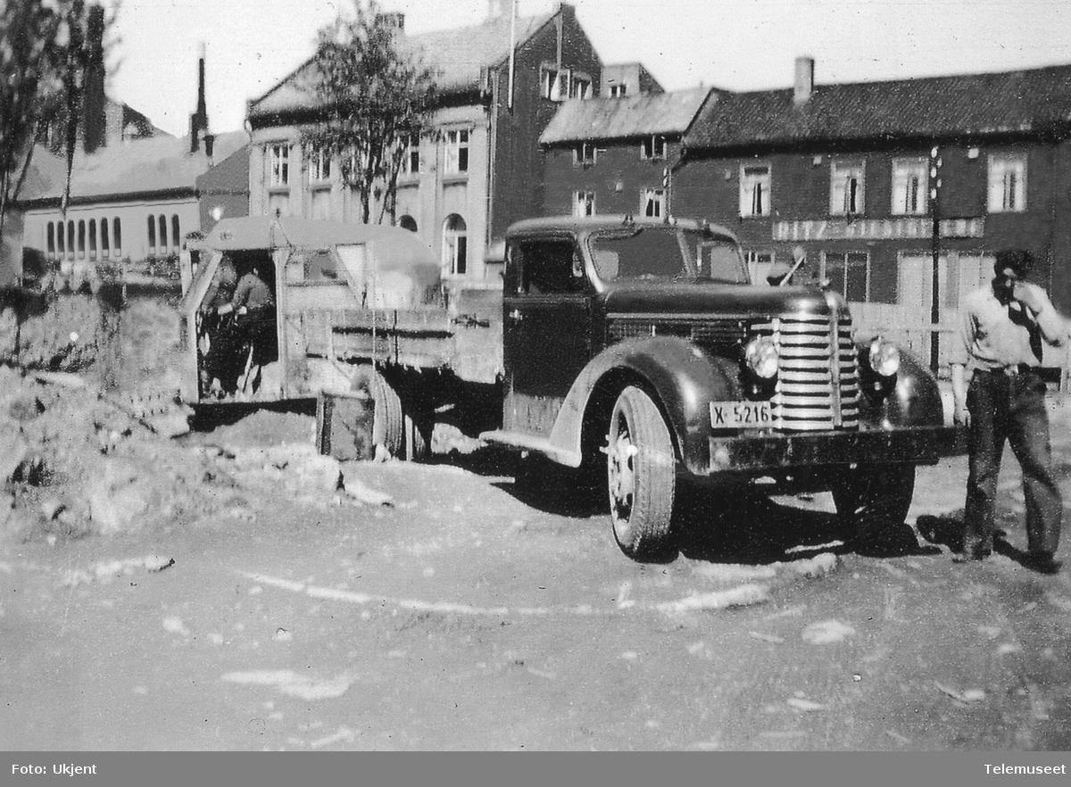 Lastebil med sjåfør på tomta til telegrafbygget i Tromsø
