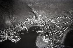 Flyfoto. Parti av Honningsvåg. Indre havn. 22.08.1953.