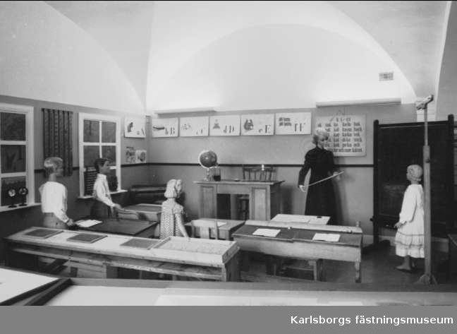 """Karlsborgs museum. Skolutställningen år 1979 - 80 """"När vi sitta i vår bänk"""". Endast neg finns."""