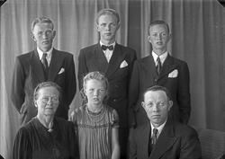 Gruppebilde. Familiegruppe på 6 Far, mor, tre unge menn og e