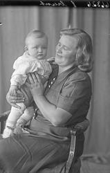 Portrett. Mor og barn. Bestilt av Mathias Baustad. Nedstrand