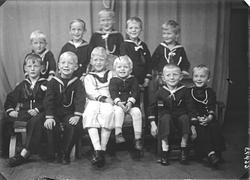 Gruppebilde. Gruppe på elleve gutter. 6 års dagen med kamera