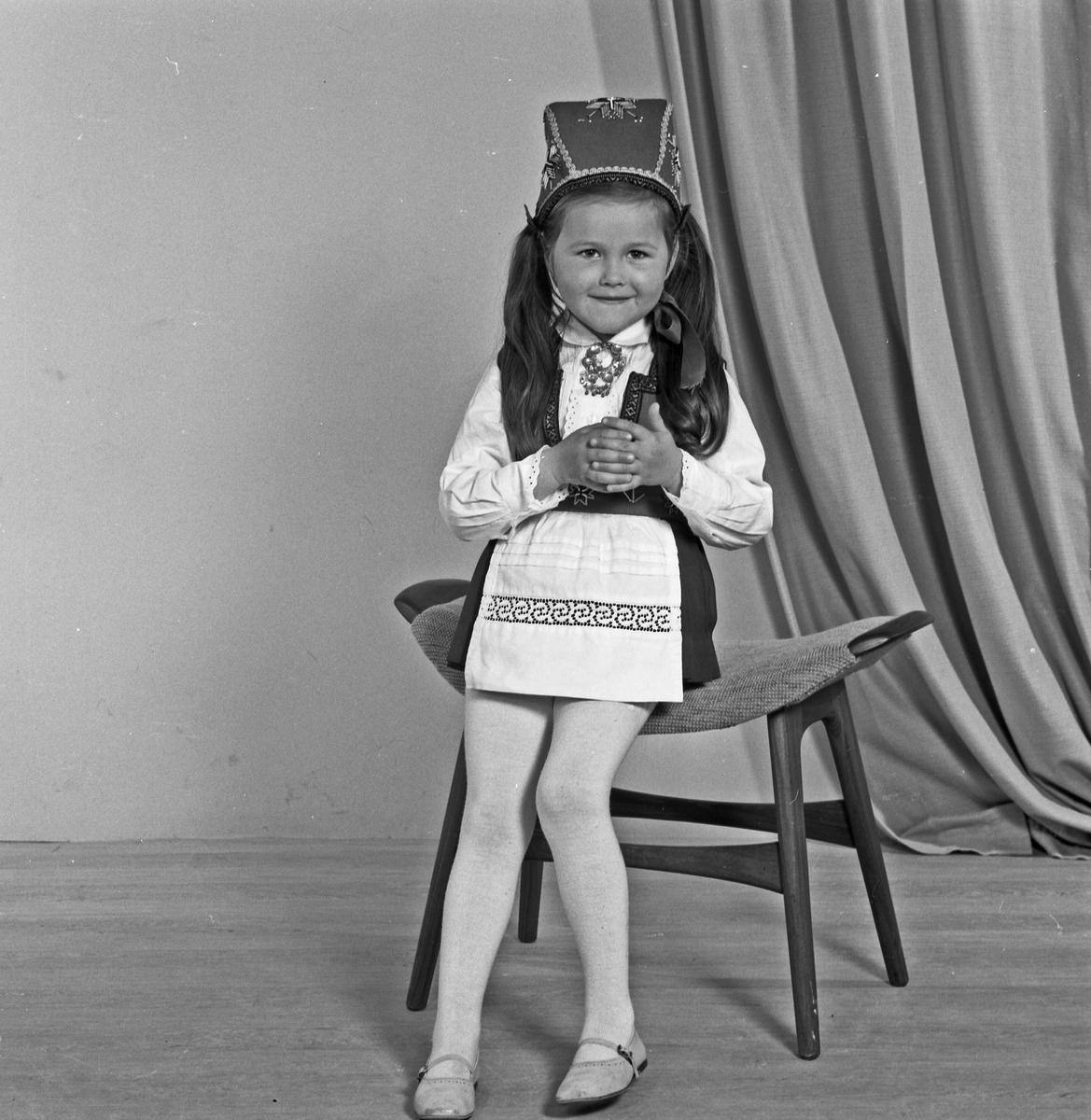 Portrett ung jente i bunad - bestiller Gudrun Kvinnesland