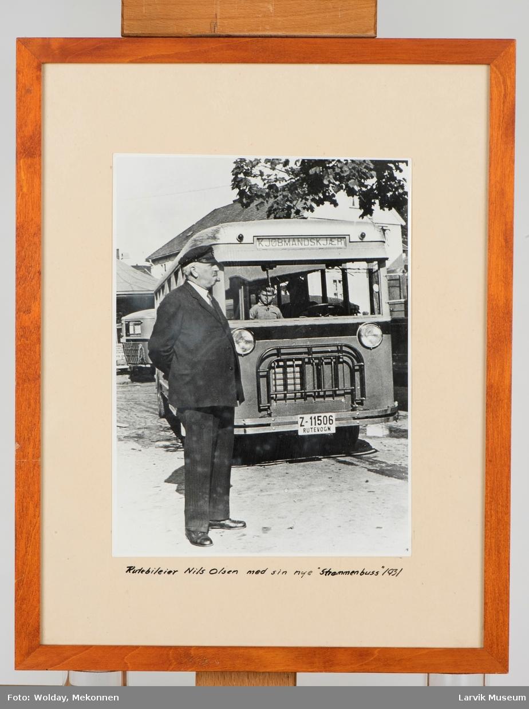 """Rutebileier Nils Olsen med sin nye """"strømmenbuss"""" 1931"""