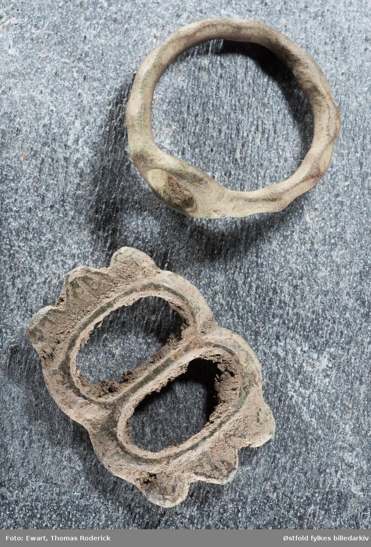 Arkeologisk materiale fra Råde i Østfold, ring og beltespenne. Spennen og ringen, de tre nederste bildene, er funnet sammen på Huseby i Råde.   Tesala kirke – kirken som forsvant   Vi vet at det sto en kirke på storgården Huseby i middelalderen, den ble kalt Tesal eller Tesala etter det gamle navnet på gården. Vi vet ikke når den ble bygd eller nøyaktig hvor, for kirken ble nedlagt og revet på slutten av 1500-tallet. Trolig ble Tesala sognekirke bygd i stein på 1100-tallet, 330-400 meter vest for her du står nå. Vi hører første gang om den i en opptegnelse fra 1381. Noen år senere skrev biskop Eystein i sin jordebok at kirken eide en prestegård. På 1400-tallet ble den kapell under Råde kirke. I beretningen til biskop Jens Nilssøn fra slutten av 1500-tallet står det om Tesal kapell: «… der udi vor icke giortt tieniste udi lang tid.» (Der har det ikke vært gudstjeneste på lang tid.) Sten fra den nedrevne kirken ble brukt til reparasjon av Råde kirke etter brannen på 1500-tallet. Nå er det bare minnet igjen av Tesala kirke.