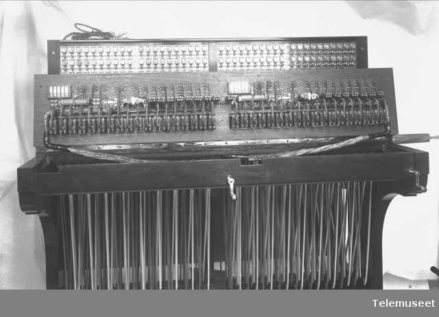 Telefonsentral, magneto snorveksler, 280 lj. sett undenfra. Kristiansand. 10.6.13 Elektrisk Bureau.