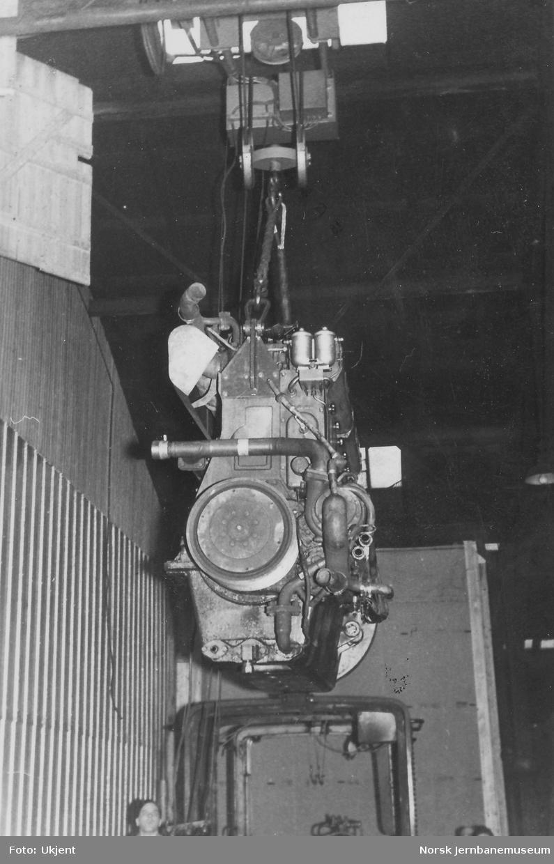Diesellokomotiv Di 2 803 - utløfting av MaK-motor og innsetting av BMV LT5-motor