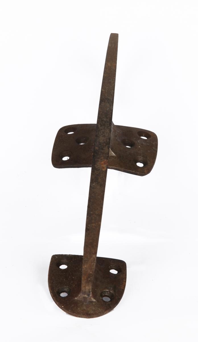 Ett par skøyter av kunstløptype. Skøytene er en modell utviklet av Axel Paulsen, med støvler som var naglet fast til skøytejernet, og skal også ha tilhørt Paulsen. Antatt datering er ca. 1880.