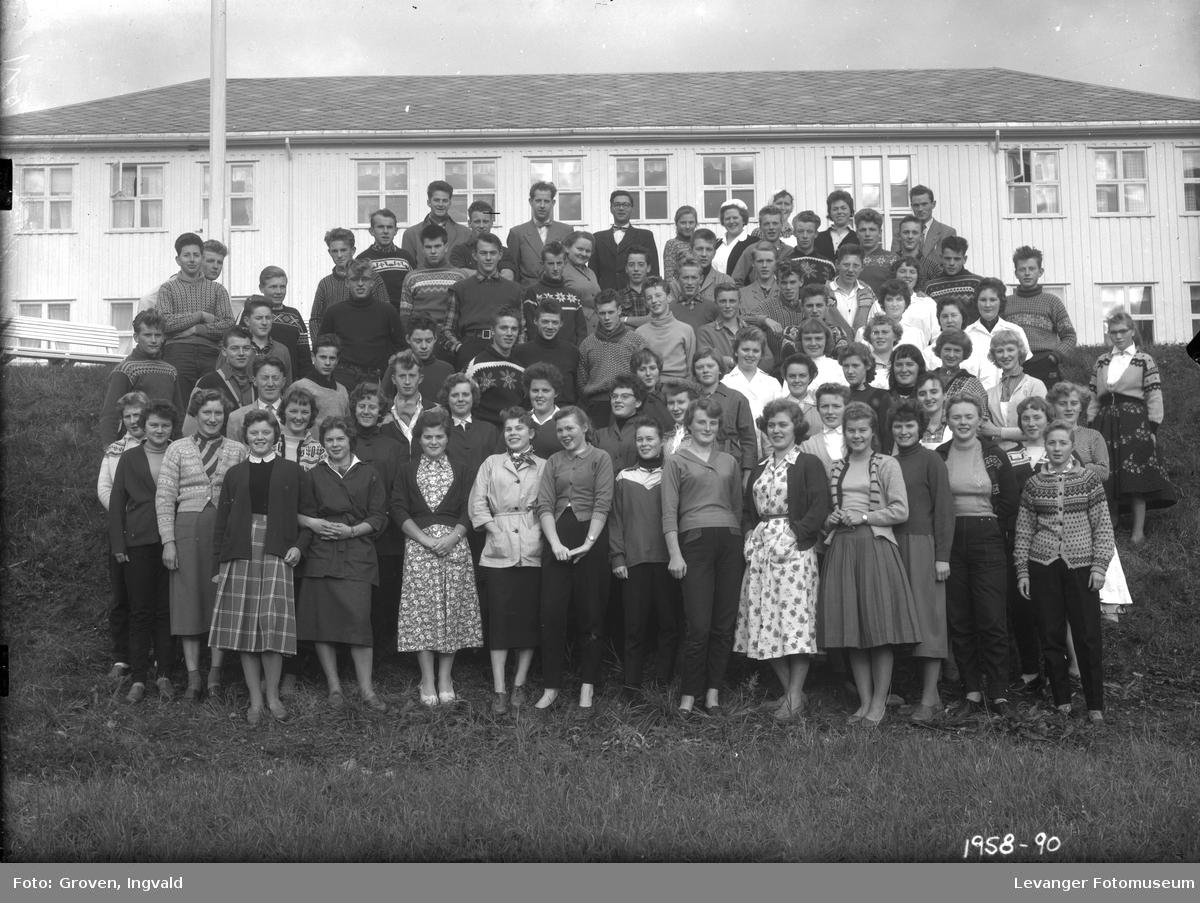 Skolebilde, Skogn  folkehøgskole elever med personalet.