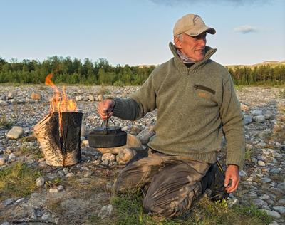 """Idar Edvardsen koker kaffe på """"finneprimusen""""."""