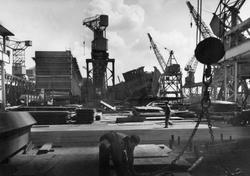 Bild från varvsområdet med fartyg under byggnad.