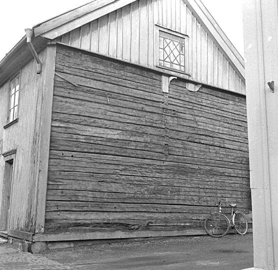 Skara. Kvarteret Jupiter. Tomt nr. 11.Gatufastigheten Skolgatan 17.Östra gaveln sedan brädfodringen avlägsnats.
