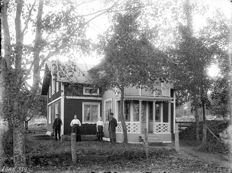 Exteriör. Två damer, två herrar framför villa med stor veranda. Gullspångssamlingen. Bilder från Gullspång med omnejd.