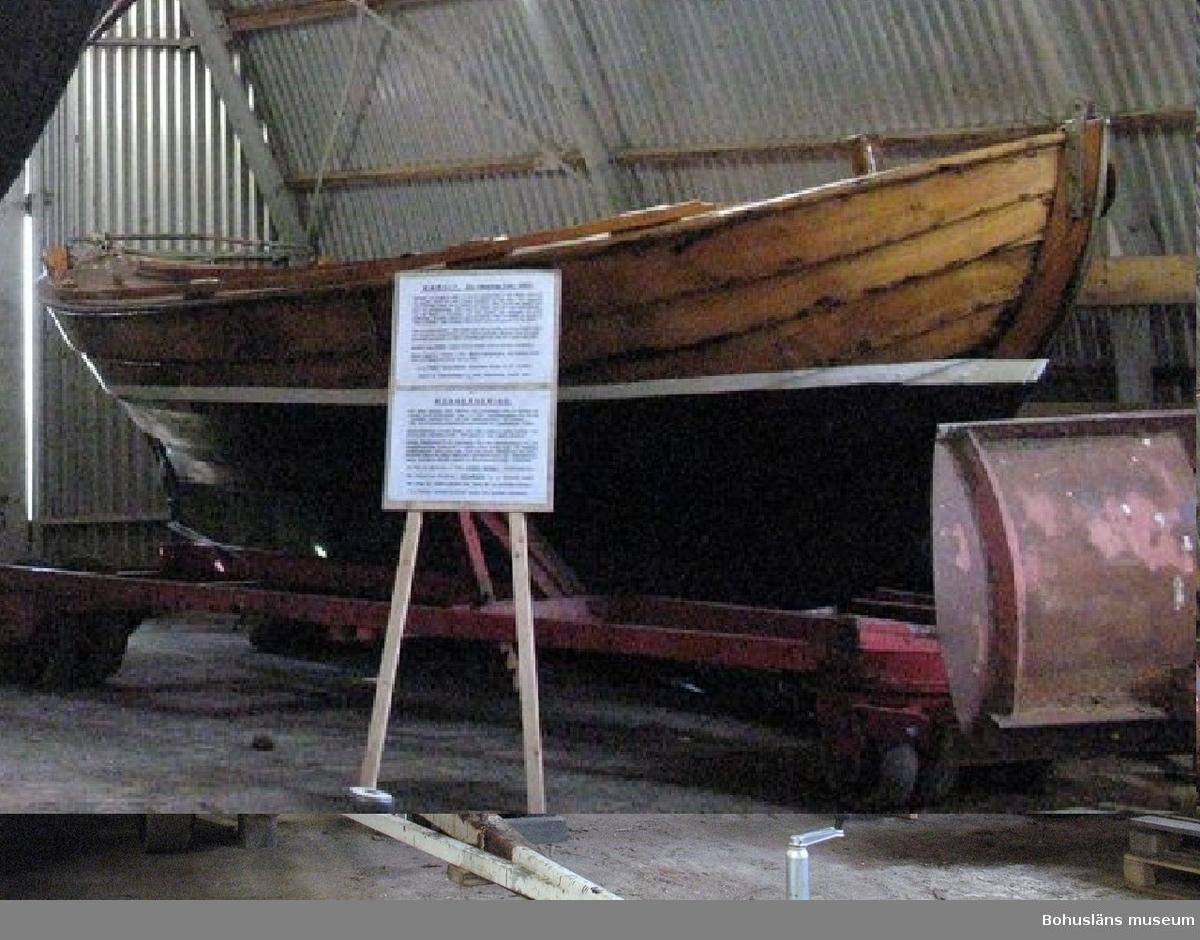 Vässing eller öppen snipa byggd 1885 på Hälsö varv i Göteborgs norra skärgård.  Byggd som öppen båt, men senare halvdäckad.  Ursprungligen med sprisegel, gaffelriggad från 1917. Ett litsat gaffelsegel förvaras i Båthallen.