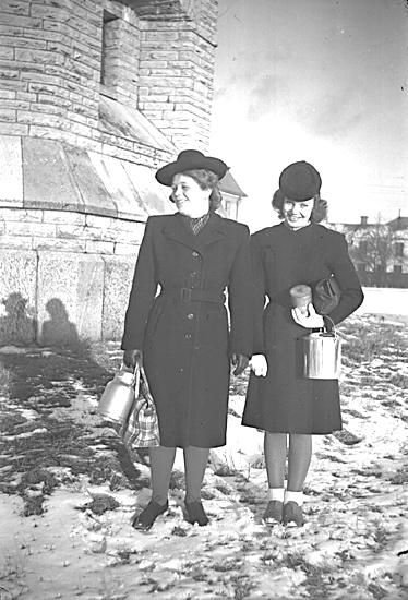 """""""Mjölkhämterskor"""".Karin Svenningsson och Titte Rehn, 1944."""