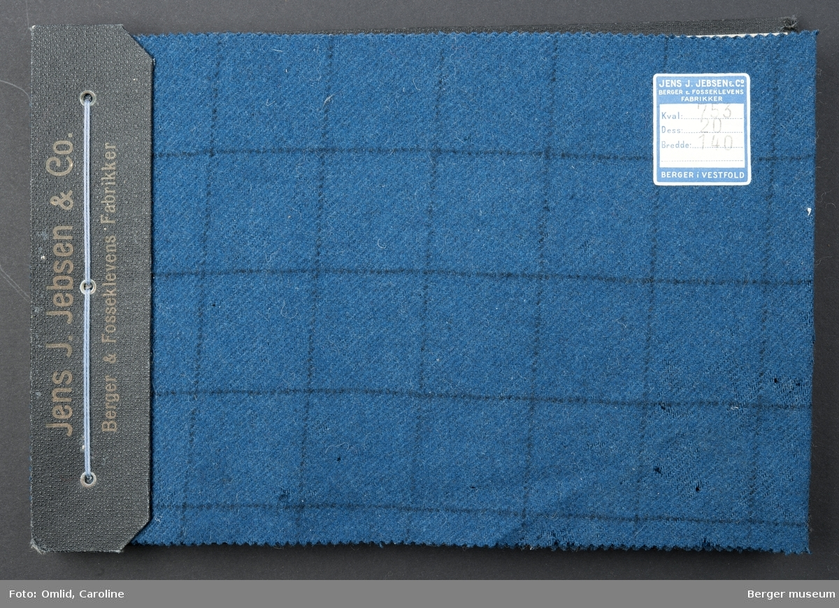 Prøvehefte med 6 prøver, bundet sammen med et sort omslag; hel bakplate brettet over kanten og ned på forsiden. Kjole/skjørt Ruter Polyster/ull Kvalitet 753