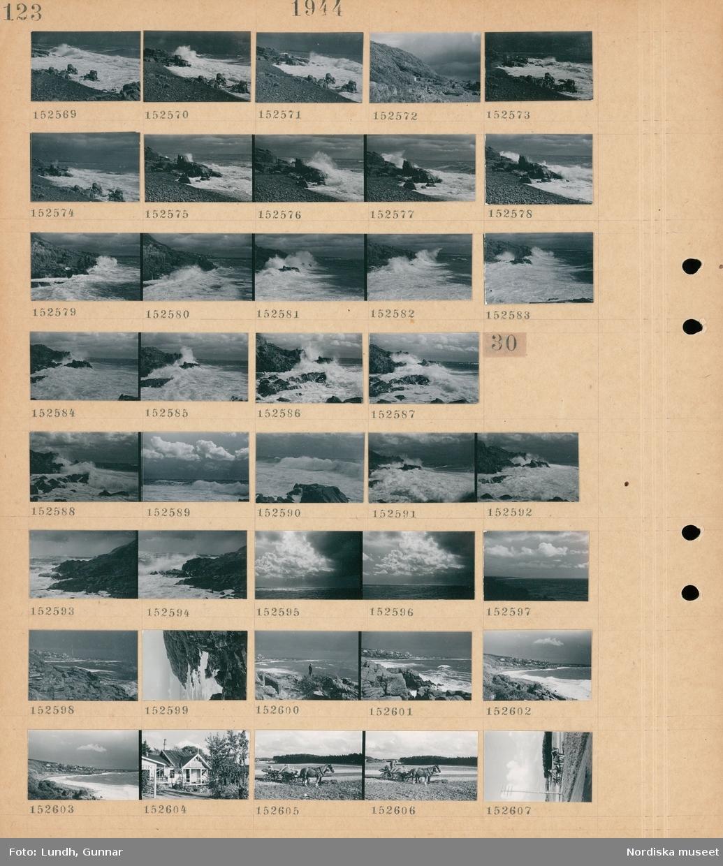 Motiv: (ingen anteckning) ; Landskapsvy med klippor och hav.  Motiv: (ingen anteckning) ; Landskapsvy med klippor och hav, en person står på en klippa, exteriör av ett hus, en man lastar säckar på en hästdragen vagn.