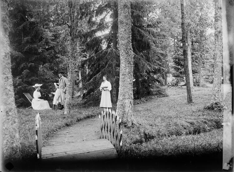 Tidaholmssamlingen.Foto: Mivis eller Signe Lidwall.Firman Ad. Lidwall i Tidaholm etablerades 1862. Mivis Lidwall f.1856 och Adolf Lidwall drev den tillsammans med sin dotter Signe.