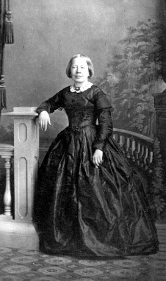 Emeli Risberg, författare.Wilhelmina Lagerholm var från början porträttmålare, men öppnade egen fotoateljé 1862. Var en av de första kvinnorna i fotobranschen.