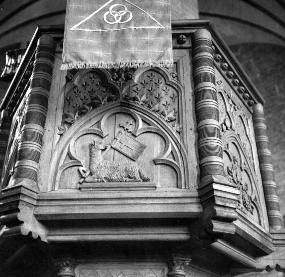 Bildtext: Vadstena klosterkyrka.  Predikstol tillverkad av snickarmästare Alfred Stenström, Skara.