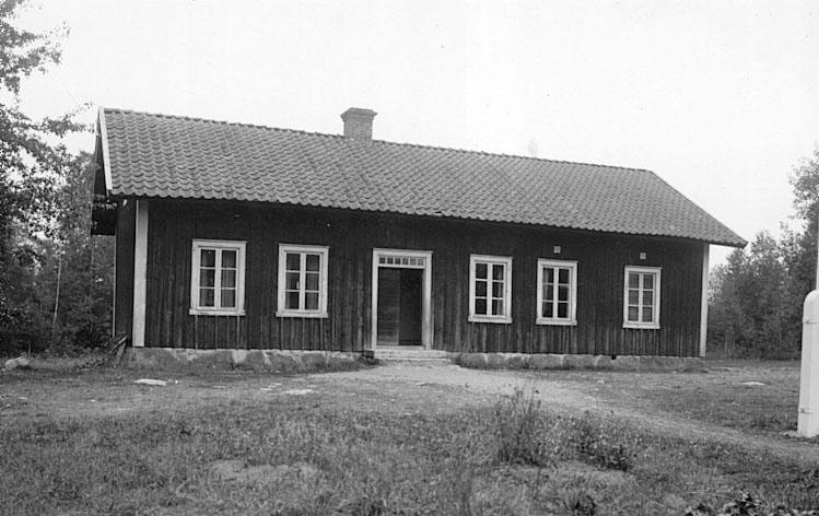 Götlunda sn. Brännemo folkskola, byggd 1864. Tillbyggd åt höger 1900. 1923 ändrad till lärarbostad.