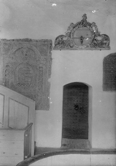 Bildtext: VG. Gösslunda socken. Kyrkan, sakristidörren, grafsten.m.m.