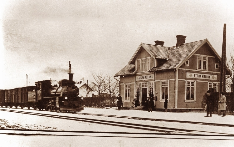 Bildtext: VGJ.Stora Mellby station från tidigt 1900-tal. Samtid förvärv: Gösta Eldhs järnvägsbilder